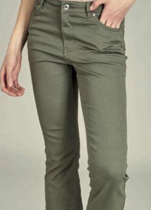 Оливковые брюки повседневные