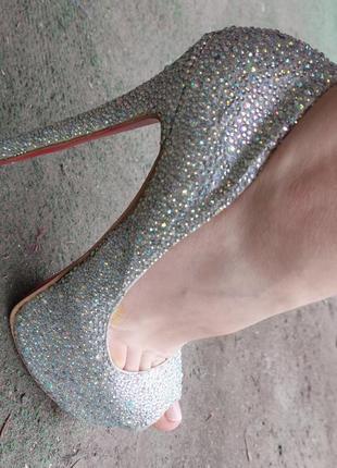 Туфли на высоком каблуке с красной подошвой