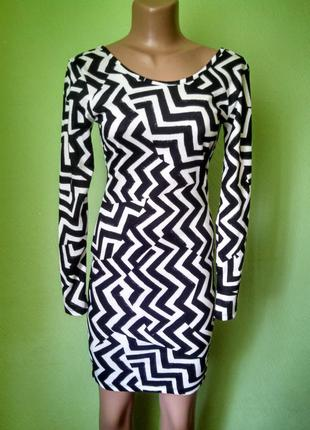 Актуальное платье по фигуре геометрический принт размер xs/s