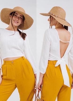 Укороченная льняная блузка с вырезом на спине