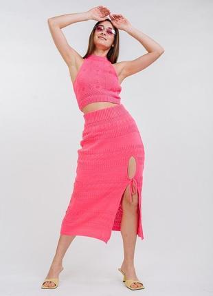 Летний вязаный костюм с ажурным топом и юбкой-миди ярко-розовый