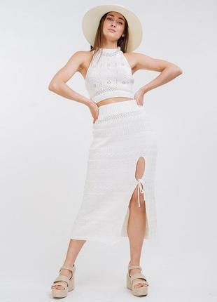 Летний вязаный костюм с ажурным топом и юбкой-миди светло-молочный