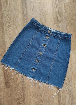 Трендовая джинсовая юбка из денима с пуговицами спереди  и необработанным низом