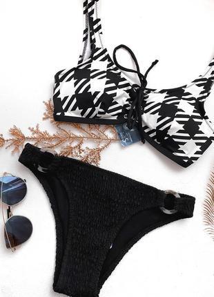 Черный сборный купальник/ топ на шнуровке с чашками и трусики с жаткой ткани и кольцами