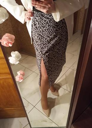 Летняя юбка миди с разрезом на ноге и резинкой по талии