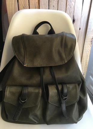 Стильный рюкзак цвета хаки.