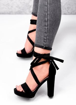 Босоножки на высоком каблуке с завязками