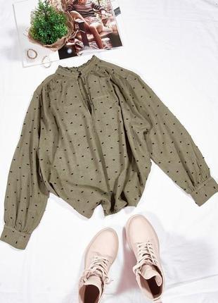 Оливковая блузка с мелким принтом