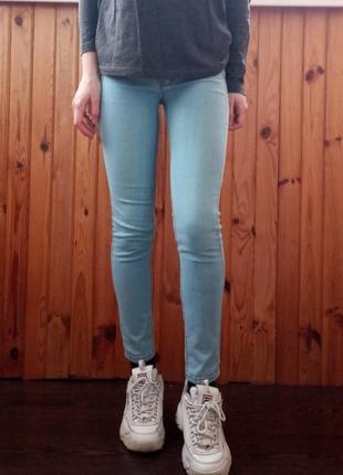 Светло голубые короткие джинсы скинни pull and bear