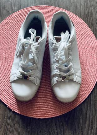 Кроссовки на светящейся подошве