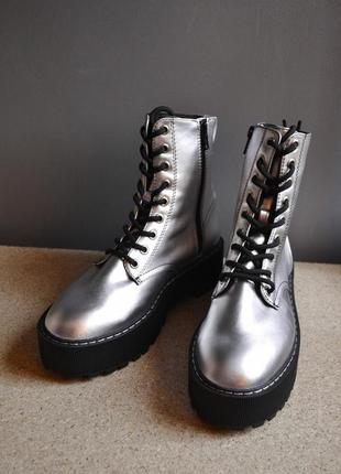 Крутые грубые высокие ботинки серебристого цвета в стиле dr martens h&m