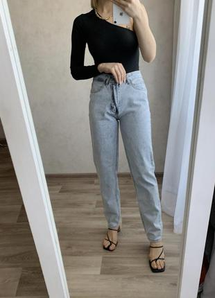 Прямі джинси мом
