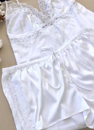 Белая  с кружевными вставками пижама майка и шортики