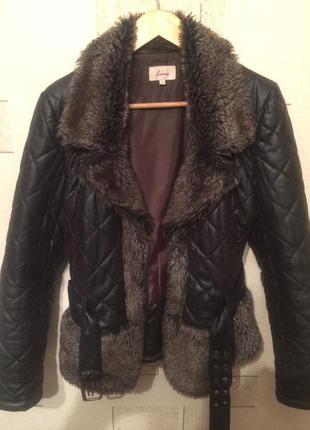 Стеганая курточка шоколадного цвета.