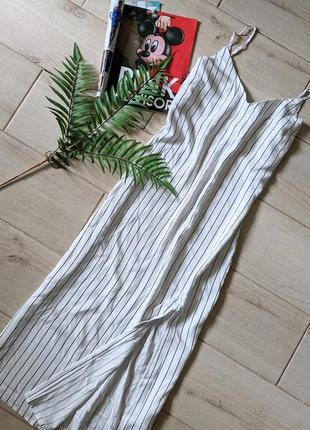 Стильное платье миди прямого кроя в полоску с разрезом спереди s m