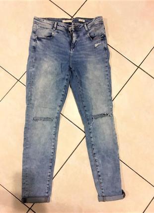 Светлые джинсы с рваными коленками