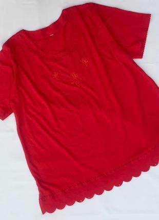Яркая футболка с перфорацией и вышивкой