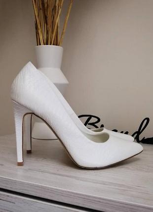 Шикарные белые туфли лодочки