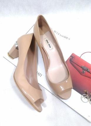 Кожаный бежевые туфли miu miu оригинал на каблуке