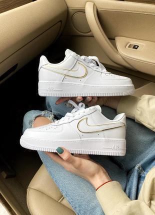 Женские стильные весенние кроссовки nike air force 1 07 essential white/gold
