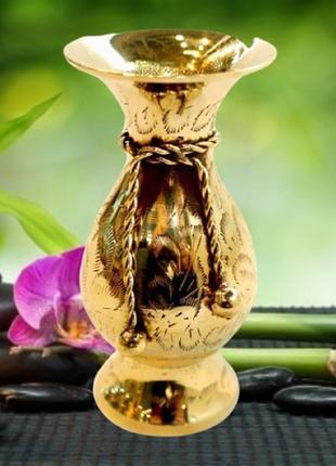Стильная вазочка из желтого металла