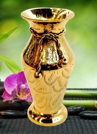 Красивая ваза из желтого металла с узором