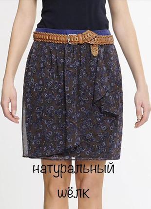 Стильная шелковая юбка с воланом и контрастным поясом mango