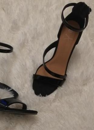 Шикарные  лаковые туфли с открытым носком с ремешком atmosphere 38/5