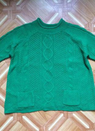 Теплый свитер красивого зеленого цвета