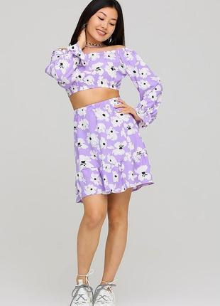 Костюм мини юбка с высокой посадкой и топ с открытыми плечами лиловый цветочный принт