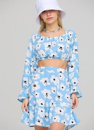 Костюм мини юбка с высокой посадкой и топ с открытыми плечами голубой цветочный принт