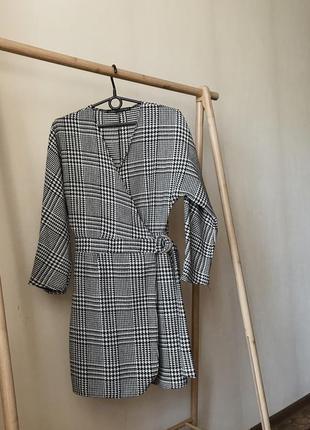 Стильное платье на запах в гусиную лапку (клетку)