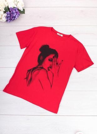 Стильная красная футболка с рисунком принтом девушка