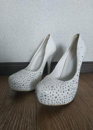 Свадебные белые туфли в стразах на шпильке