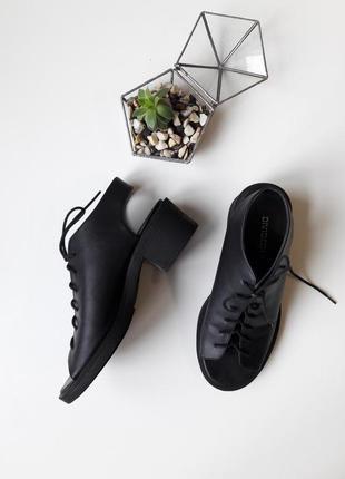 Стильные босоножки со шнуровкой на широком каблуке