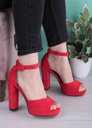 Стильные красные замшевые босоножки на широком устойчивом каблуке с закрытой пяткой