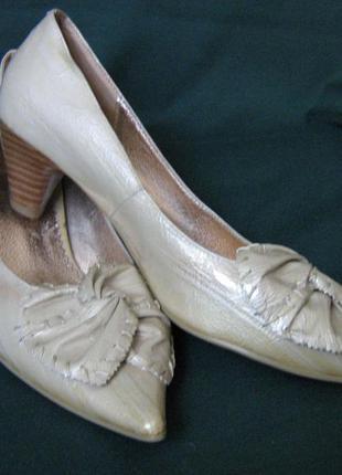 Туфли бежевые лакированные keili fengni. размер 37.