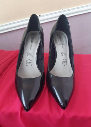 Лаковые туфли на высоком каблуке