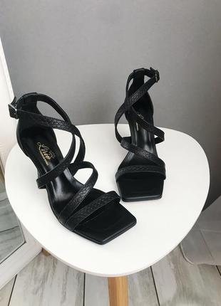 Шикарные и очень удобный черные босоножки с квадратным носком