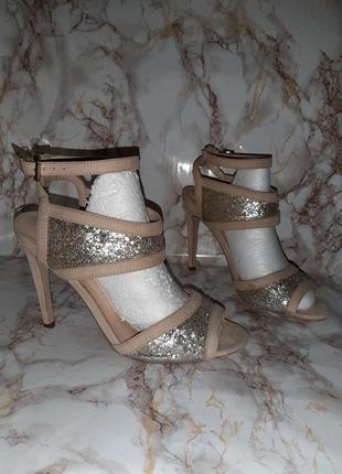 Бежевые босоножки с серебристым вставками с блёстками на каблуке