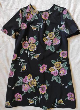 Короткое платье с имитацией вышивки1 фото