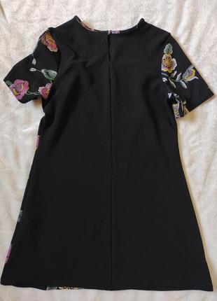 Короткое платье с имитацией вышивки5 фото