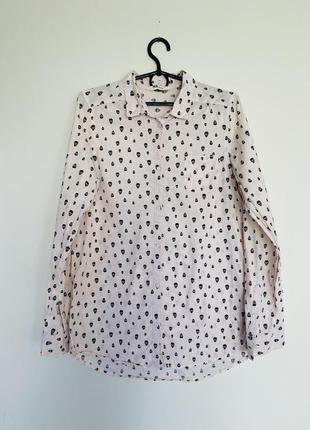 Нежно розовая рубашка из натуральной ткани.