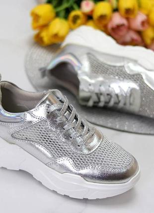 Кроссовки серебряного цвета