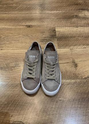 Оригинальные замшевые кроссовки adidas