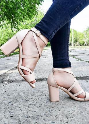 Роскошные бежевые босоножки на устойчивых каблуках