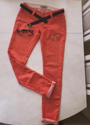Джинсы актуального оранжевого цвета на лето брюки