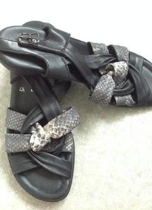 Мягенькие фирменные кожаные босоножки