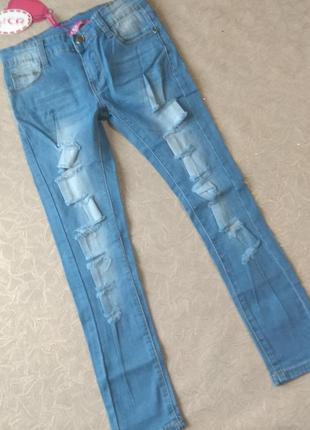 Фирменные рваные джинсы со вставками гипюра