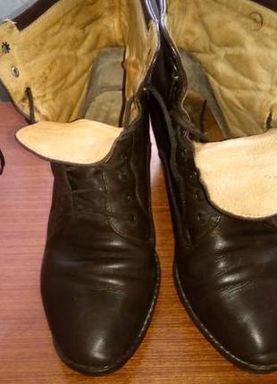 Кожаные ботинки на шнуровке.